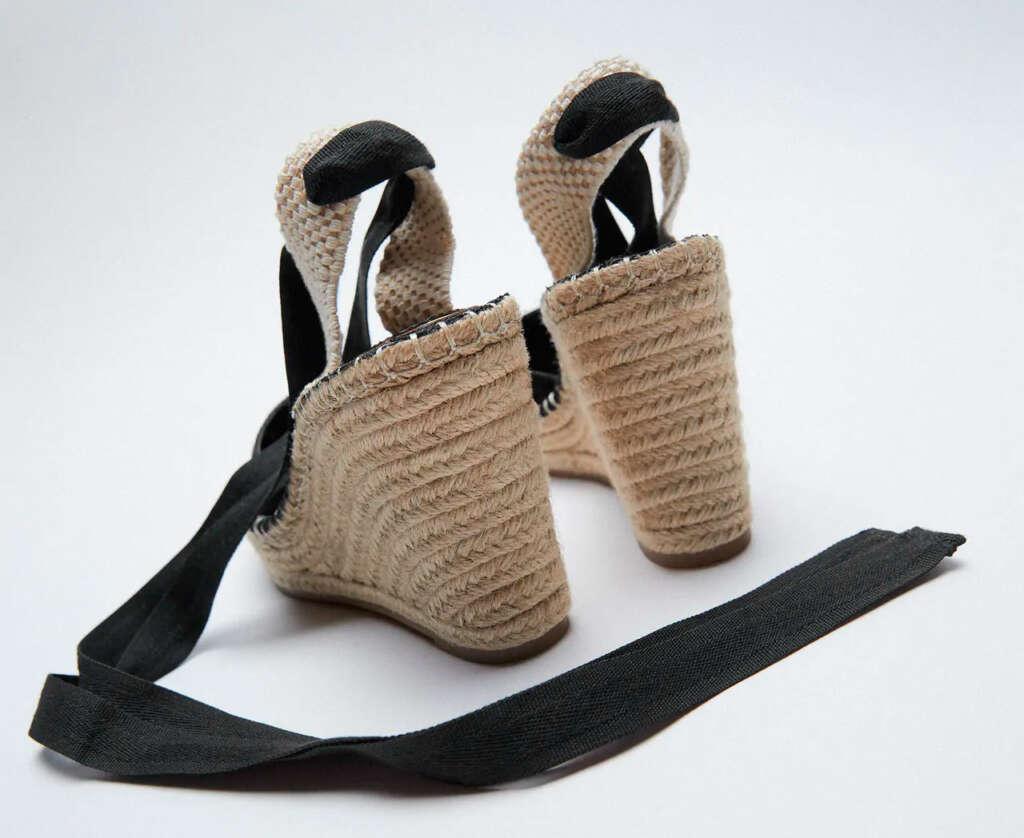 sandalias con 'Cuña rafia atada de Zara