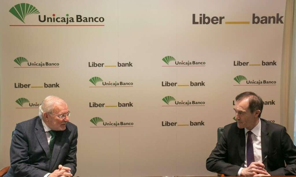 El presidente de Unicaja, Manuel Azuaga y el presidente de Liberbank, Manuel Menéndez durante la presentación del proyecto común de fusión.