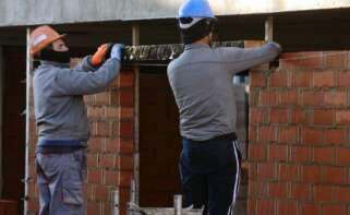 Dos albañiles trabajan en una obra en Valladolid. EFE/Nacho Gallego/Archivo