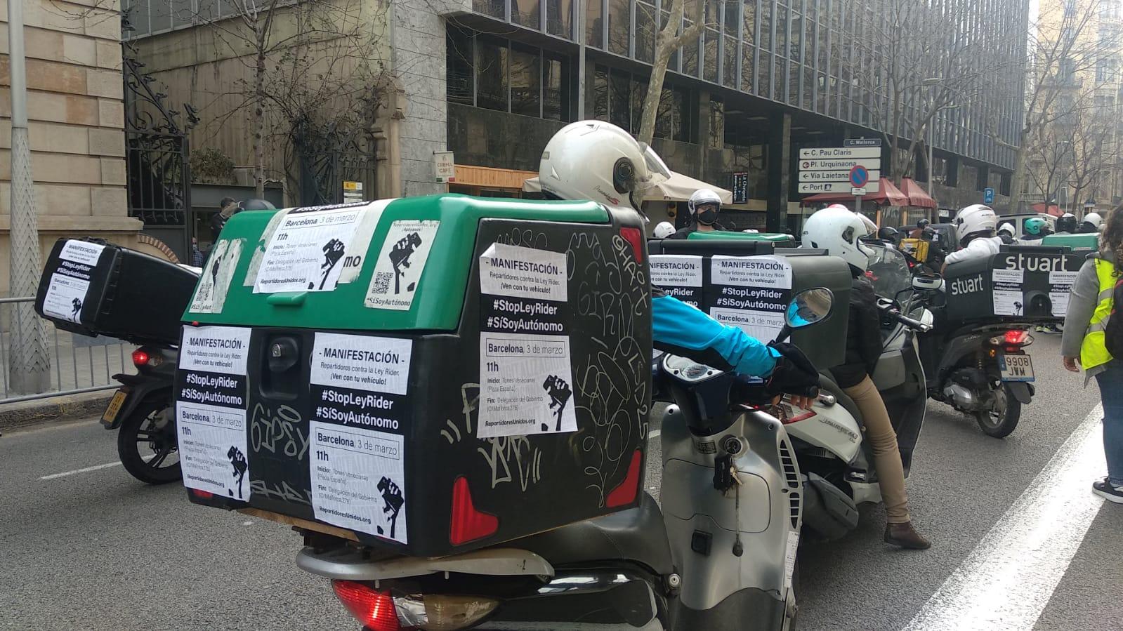 Un 'rider', frente a la Delegación del Gobierno en Cataluña (Barcelona), para protestar por la regulación del sector que prepara Yolanda Díaz / ED