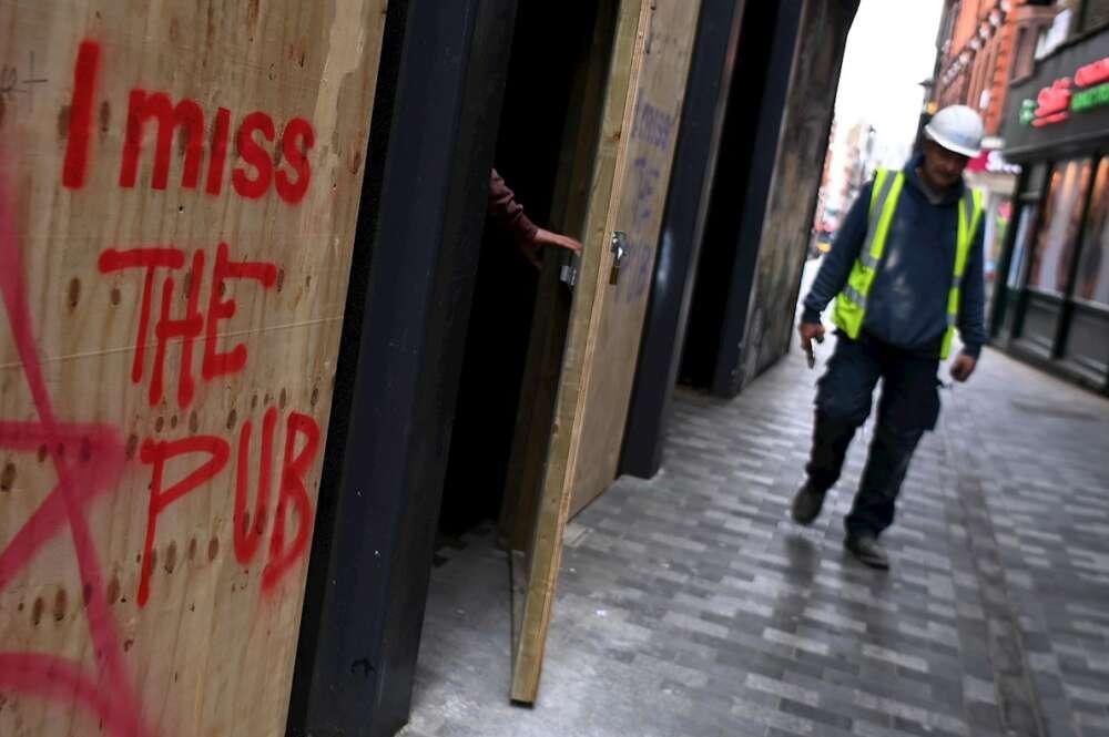 """""""Echo de menos el pub"""". Esta frase se puede leer en los locales hosteleros cerrados durante el duro confinamiento londinense. EFE/EPA/ANDY RAIN"""