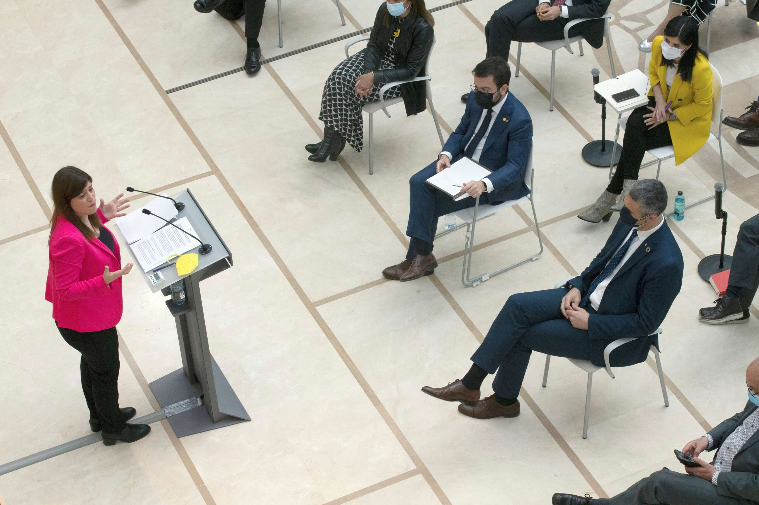 La diputada de JxCat Gemma Geis durante su intervención en la segunda sesión del debate de investidura del candidato de ERC a la presidencia de la Generalitat, Pere Aragonès, que se celebra este martes en el Auditori del Parlament, tras fracasar el pasado viernes su primer intento debido a la abstención de JxCat. EFE/Enric Fontcuberta POOL
