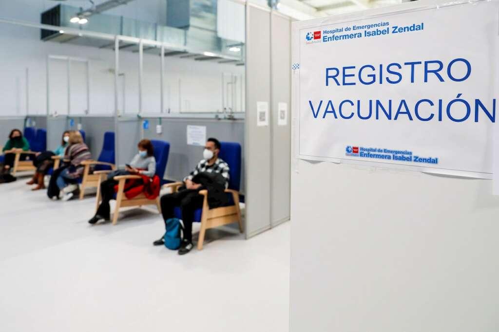 Varias personas esperan para que les administren la vacuna de AstraZeneca en el Hospital de Emergencias Enfermera Isabel Zendal de Madrid. EFE/ Emilio Naranjo