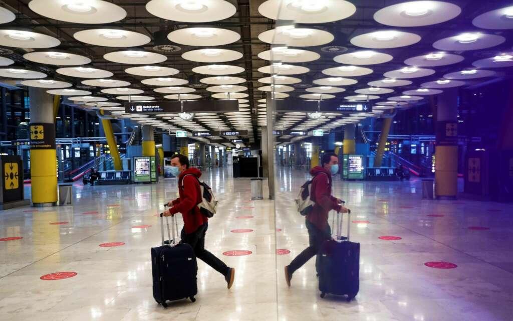 Un pasajero cruza una de las salas del Aeropuerto Adolfo Suárez Madrid-Barajas. EFE/Emilio Naranjo/Archivo