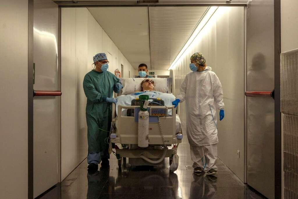 Margarita Pascual de 72 años de edad, paciente ingresada en la UCI del Hospital del Mar de Barcelona. EFE/Enric Fontcuberta