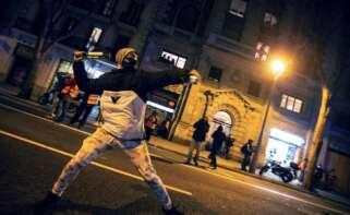 Un manifestante se dispone a lanzar una botella a la policía durante la protesta contra la detención y prisión del músico y rapero Pablo Hasel. EFE