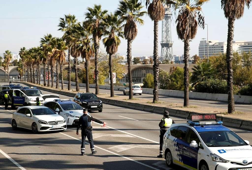 Vista de un control de tráfico en Barcelona. Según la Generalitat, desde que se levantó el confinamiento comarcal la movilidad en la comunidad ha alcanzado niveles semejantes a los del verano de 2020 | EFE/TA/Archivo