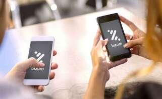 Dos usuarios abren su aplicación de Bizum.