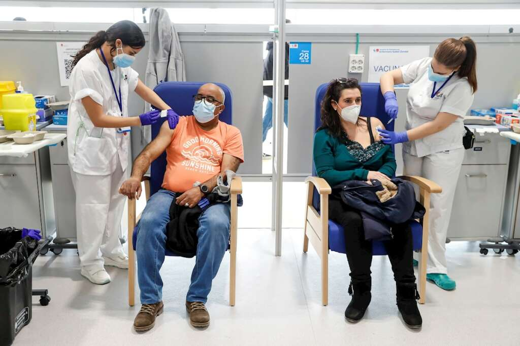 Dos enfermeras administran la vacuna de Astrazeneca en el Hospital de Emergencias Enfermera Isabel Zendal de Madrid, el 24 de marzo de 2021 | EFE/EN/Archivo
