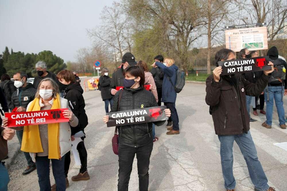 Manifestantes convocados por los CDR y la ANC para protestar contra la visita del Rey a la planta de Seat en Martorell (Barcelona), el 5 de marzo de 2021 | EFE/AG
