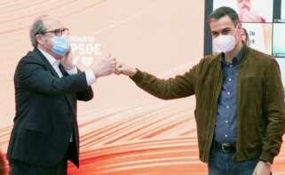 El presidente del Gobierno, Pedro Sánchez (d), choca el puño con el candidato del PSOE a la Comunidad de Madrid, Ángel Gabilondo. (EFE)