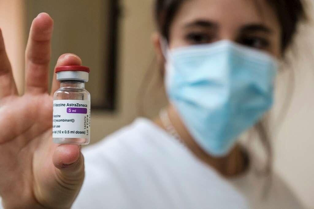 Una profesional sanitaria exhibe un vial con diez dosis de la vacuna de Covid-19 de Astrazeneca en el Hospital de Can Misses de Ibiza, en febrero de 2021 | EFE/SGC/Archivo