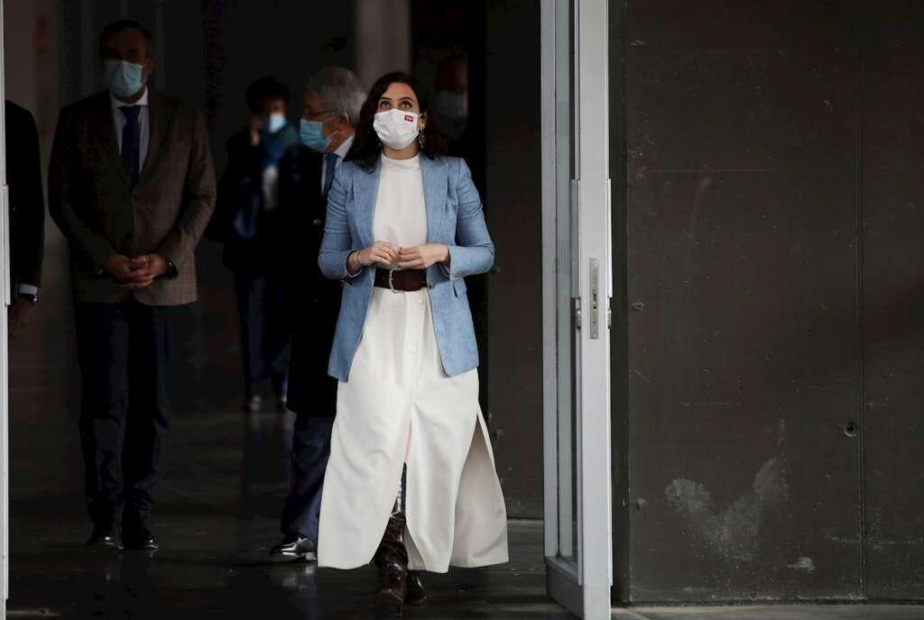 La presidenta de la Comunidad de Madrid, Isabel Díaz Ayuso, durante una visita al Wanda Metropolitano en la campaña de vacunación. EFE