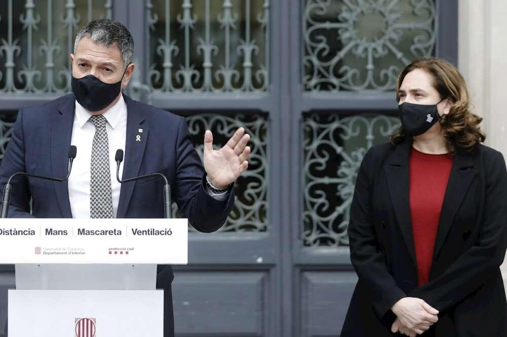 El conseller de Interior, Miquel Sàmper, y la alcaldesa de Barcelona, Ada Colau, tras la reunión que mantuvieron para valorar los disturbios tras las protestas en apoyo de Pablo Hasel, el 1 de marzo de 2021   EFE/AD/Archivo