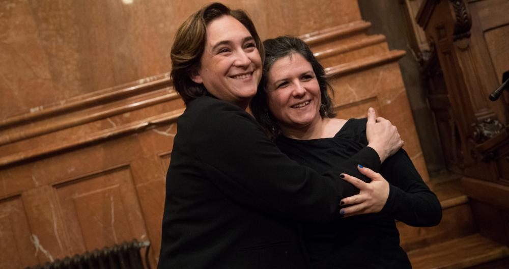 Ada Colau abraza a la exconcejal de Barcelona en Comú, Gala Pin, en una imagen de archivo / EFE