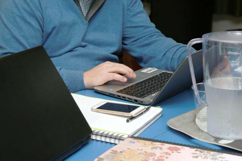 Una persona, mientras trabaja con su ordenador / Pixabay
