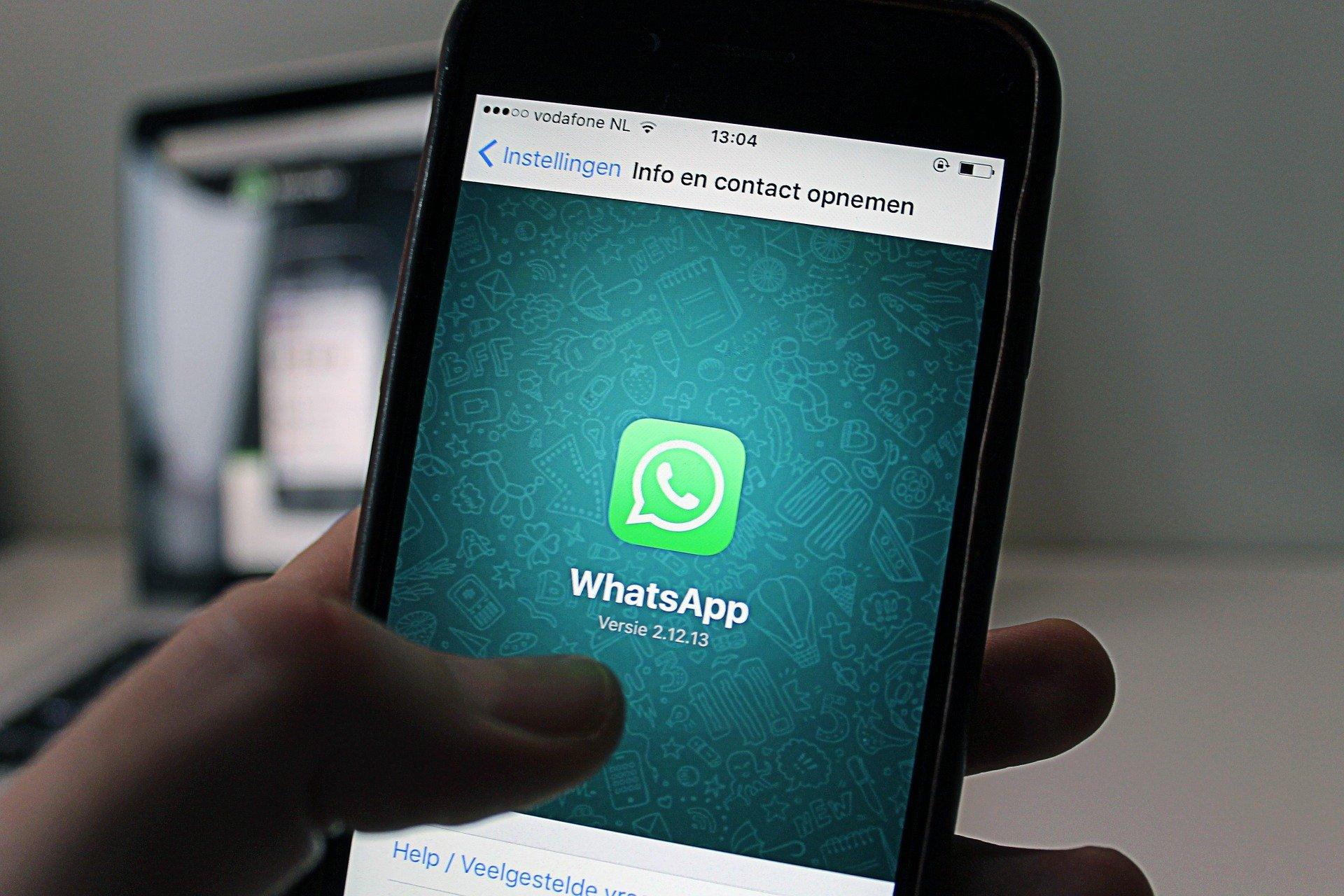 Imagen de un móvil con Whatsapp