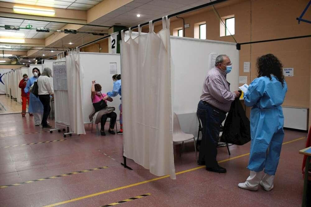 Vacunación con AstraZeneca de personas del rango de edad comprendido entre los 65 y 60 años, en el Pabellón 'Pedro Delgado' de Segovia, el pasado jueves. EFE/ Pablo Martín