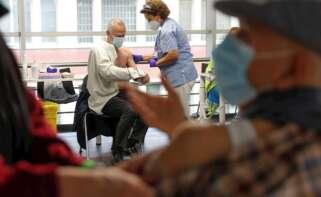 Varias personas reciben sus respectivas dosis de vacuna en el Wizink Center de Madrid. EFE/ Emilio Naranjo