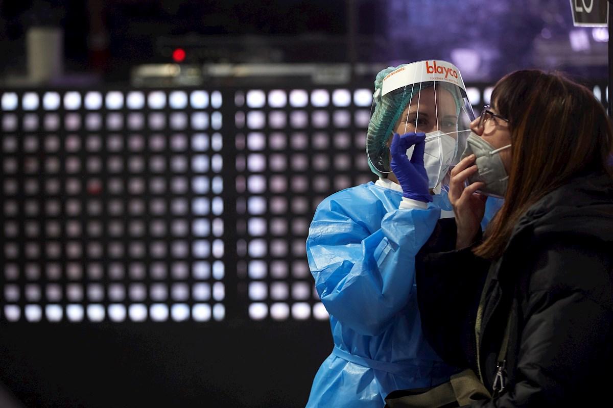 Una sanitaria practica una prueba de coronavirus en Cataluña, donde la incidencia de casos y la presión de la pandemia sobre las UCI vuelve a niveles de alarma | EFE/AG/Archivo
