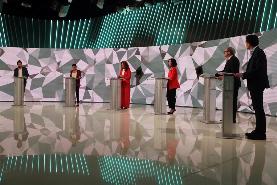 Los candidatos a la presidencia de la Comunidad de Madrid antes del inicio del debate que se celebra hoy miércoles en los estudios de Telemadrid. EFE / Juanjo Martín.