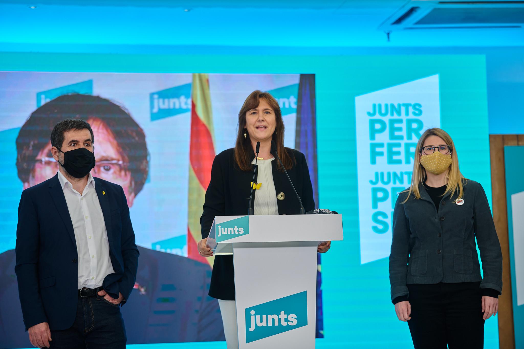 Laura Borràs, acompañada de Jordi Sànchez y Elsa Artadi en la noche electoral del 14-F en la sede de Junts per Catalunya / Julio Díaz