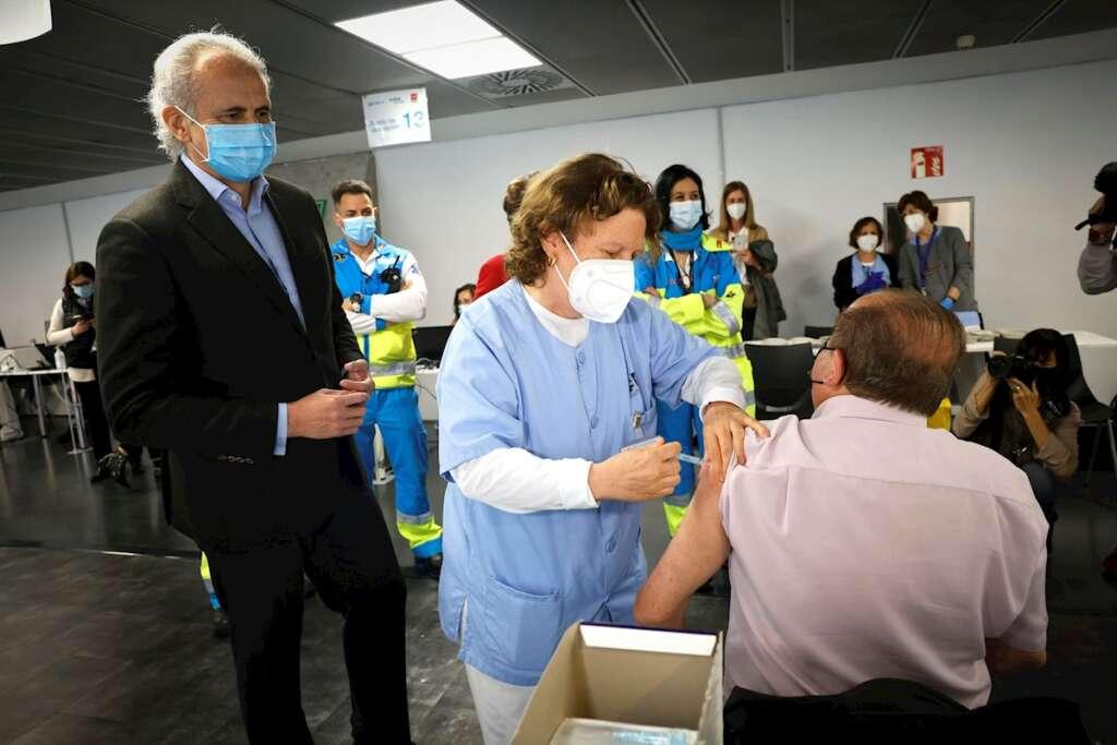 El consejero de Sanidad de Madrid, Enrique Ruiz Escudero (i), visita el punto de vacunación contra la covid-19 instalado en el pabellón Wizink Center de Madrid, este sábado. EFE/Comunidad de Madrid/D. Sinova SOLO USO EDITORIAL/SOLO DISPONIBLE PARA ILUSTRAR LA NOTICIA QUE ACOMPAÑA (CRÉDITO OBLIGATORIO)