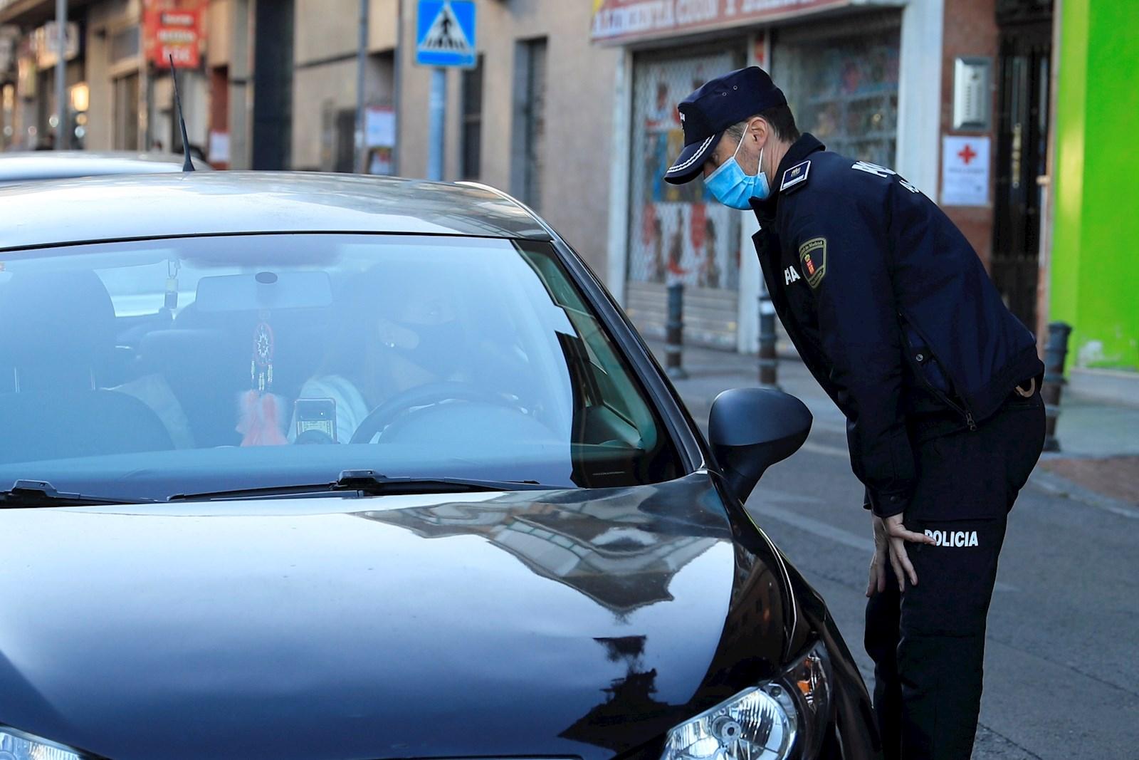 Un policía local durante un control en Madrid. EFE/Fernando Alvarado/Archivo