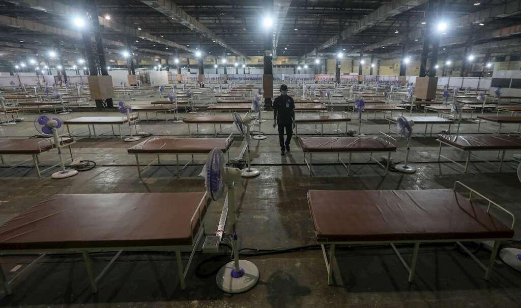 Una vista general de las camas preparadas dentro de un centro COVID-19 recién inaugurado en Mumbai, India, el 30 de abril de 2021. India ha registrado recientemente un aumento masivo de casos y muertes recientes de COVID-19, el aumento en un solo día más alto del mundo desde el comienzo de la pandemia. (Abierto) EFE / EPA / DIVYAKANT SOLANKI