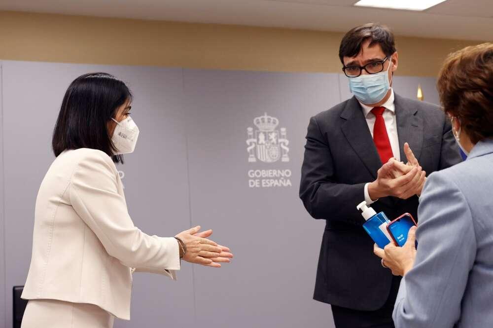 La nueva ministra de Sanidad, Carolina Darias, y su predecesor Salvador Illa se desinfectan las manos antes de la ceremonia de traspaso de la cartera celebrada en el Ministerio de Sanidad, el 27 de enero de 2021   EFE/CM/Archivo