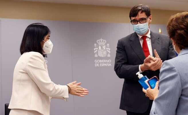 La nueva ministra de Sanidad, Carolina Darias, y su predecesor Salvador Illa se desinfectan las manos antes de la ceremonia de traspaso de la cartera celebrada en el Ministerio de Sanidad, el 27 de enero de 2021 | EFE/CM/Archivo