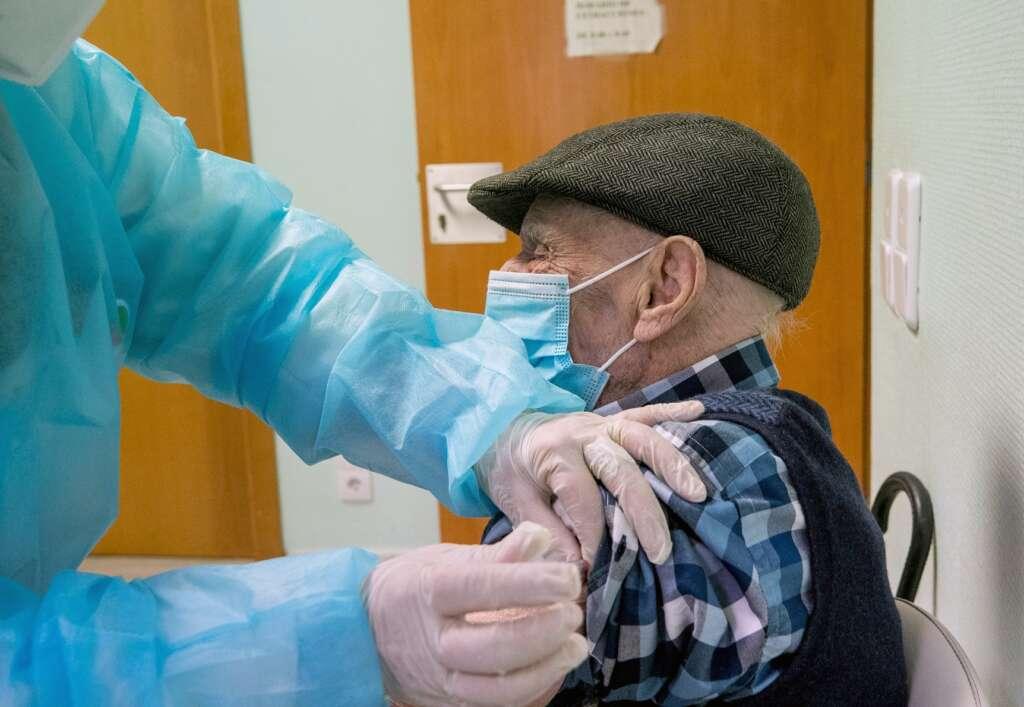 Una sanitaria vacuna a un anciano en un Centro de Salud de Zaragoza, el 19 de marzo de 2021 | EFE/JC/Archivo
