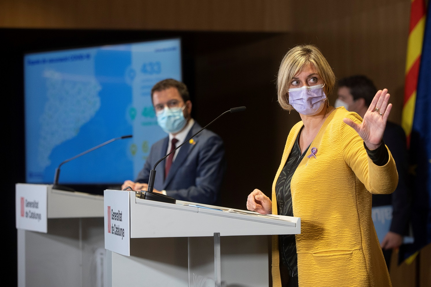 La consejera catalana de Salud, Alba Vergés, al frente, y el vicepresidente de la Generalitat, Pere Aragonès, de fondo, durante el anuncio de la estrategia de vacunación masiva, el 23 de marzo de 2021 | EFE/QG/Archivo