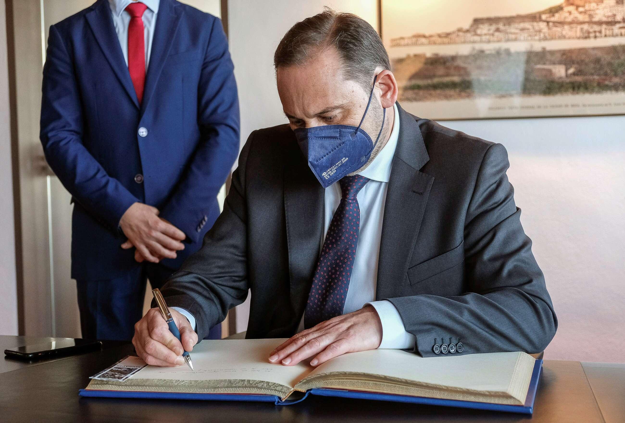 El ministro de Transportes, Movilidad y Agenda Urbana, José Luis Ábalos, firma en el Ayuntamiento de Ibiza un protocolo de colaboración. EFE