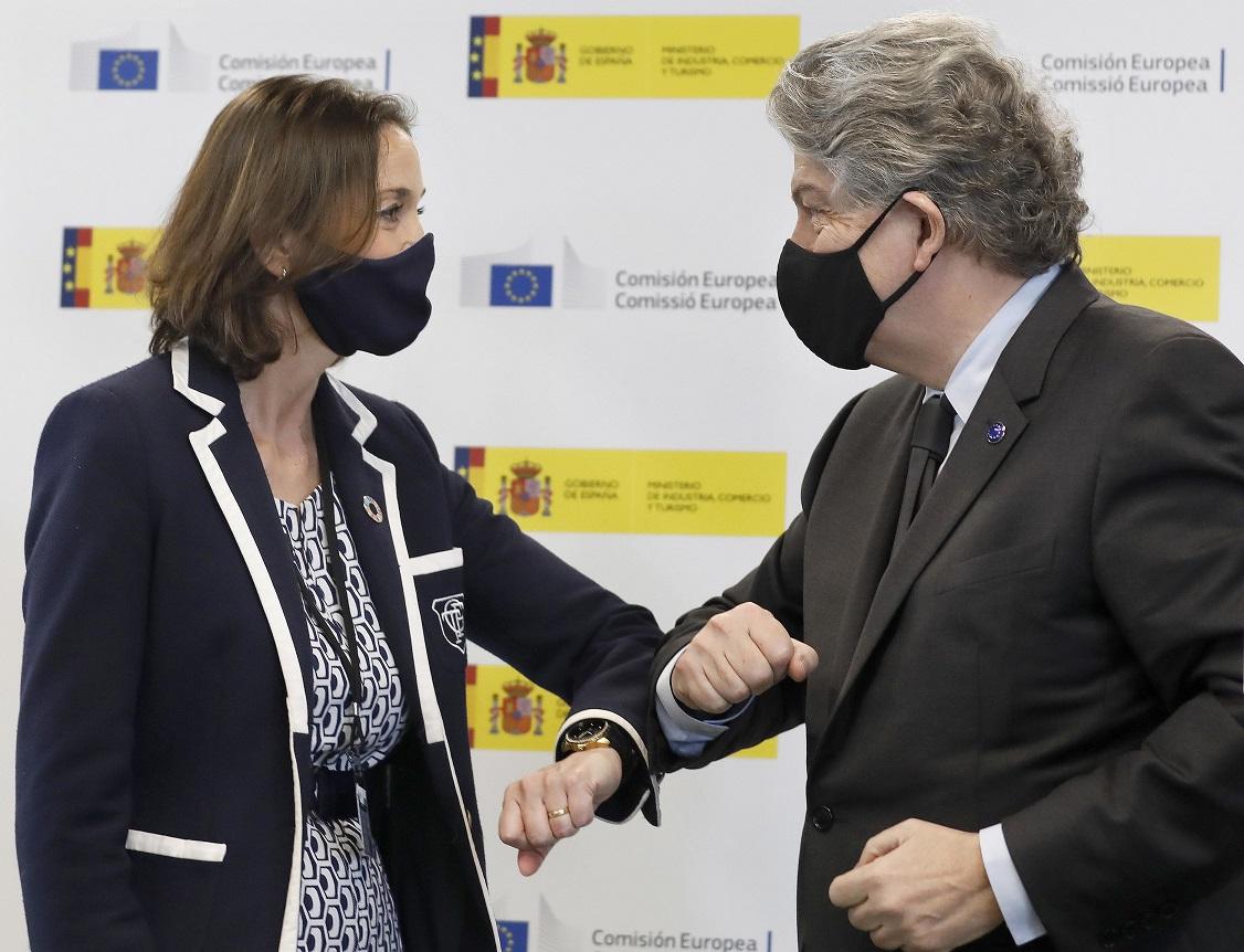 La ministra de Industria, Reyes Maroto, y el comisario europeo de Mercado Interior, Thierry Breton, durante una comparecencia ante los medios el 23 de marzo de 2021, en Barcelona | EFE/AD/Archivo