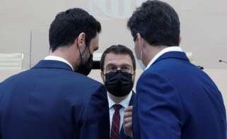 El candidato de ERC a la presidencia de la Generalitat, Pere Aragonès, conversa con sus compañeros de partido, Roger Torrent y Sergi Sabrià, durante un receso en el fallido debate de investidura del 26 de marzo de 2021, en el Parlament de Cataluña | EFE/QG/Archivo