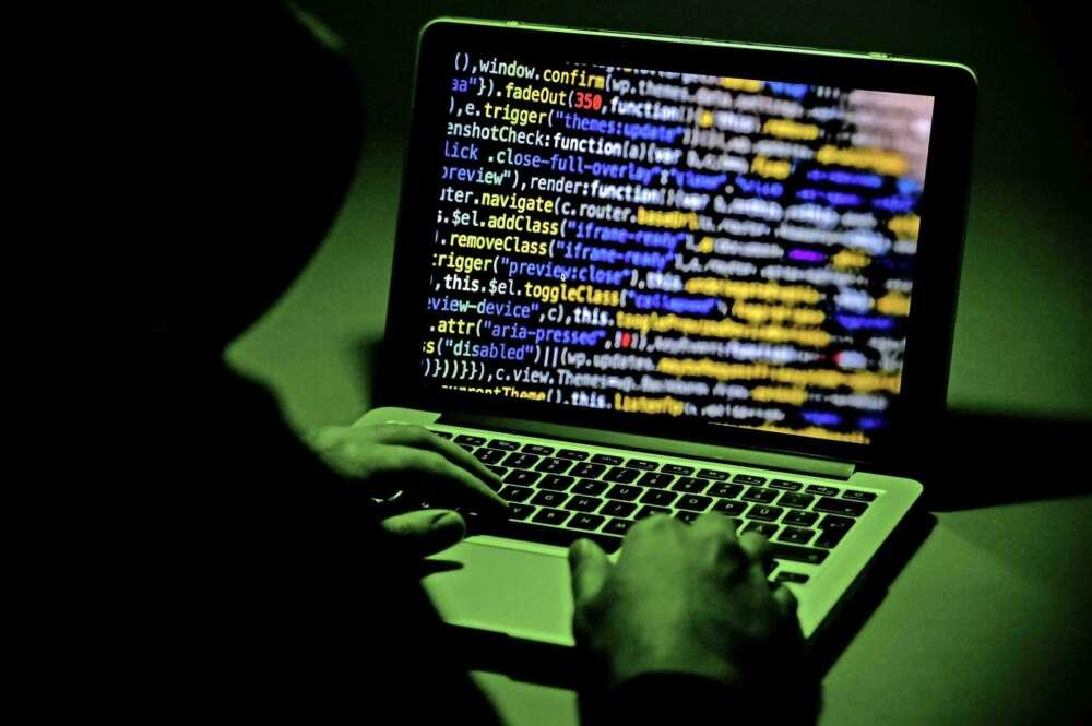 Ilustración de una persona sentada frente a una pantalla de computadora en Moers, Alemania, el 4 de enero de 2019. EPA / SASCHA STEINBACH
