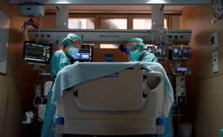 Dos profesionales sanitarios trabajan en la UCI del Hospital Vall d'Hebron de Barcelona. Cataluña es una de las regiones con una ocupación de las UCI catalogada como riesgo 'extremo' por el Ministerio de Sanidad | EFE/AE/Archivo