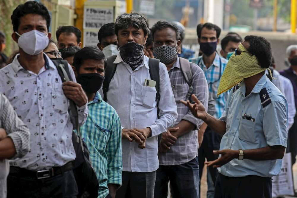Los indios con mascarillas protectoras hacen cola mientras esperan el autobús en una parada de autobús en Mumbai, India, el 30 de abril de 2021. India ha registrado recientemente un aumento masivo de casos y muertes por COVID-19, el aumento más alto en un día desde que el comienzo de la pandemia. EFE / EPA / DIVYAKANT SOLANKI