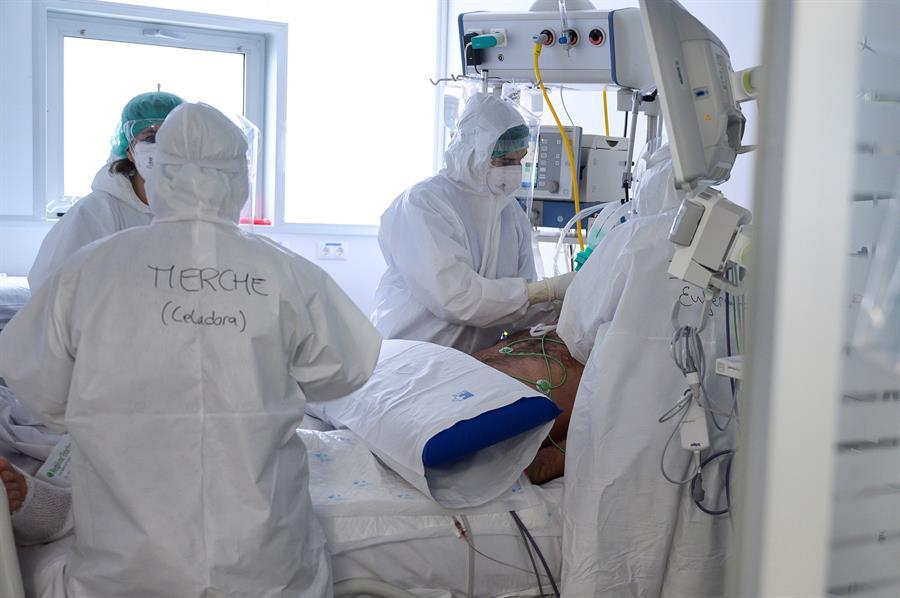 Personal sanitario del Hospital Universitario Marqués de Valdecilla de Santander atiende a enfermos con coronavirus en una de las UCI-Covid del hospital cántabro. EFE/Pedro Puente Hoyos/Archivo