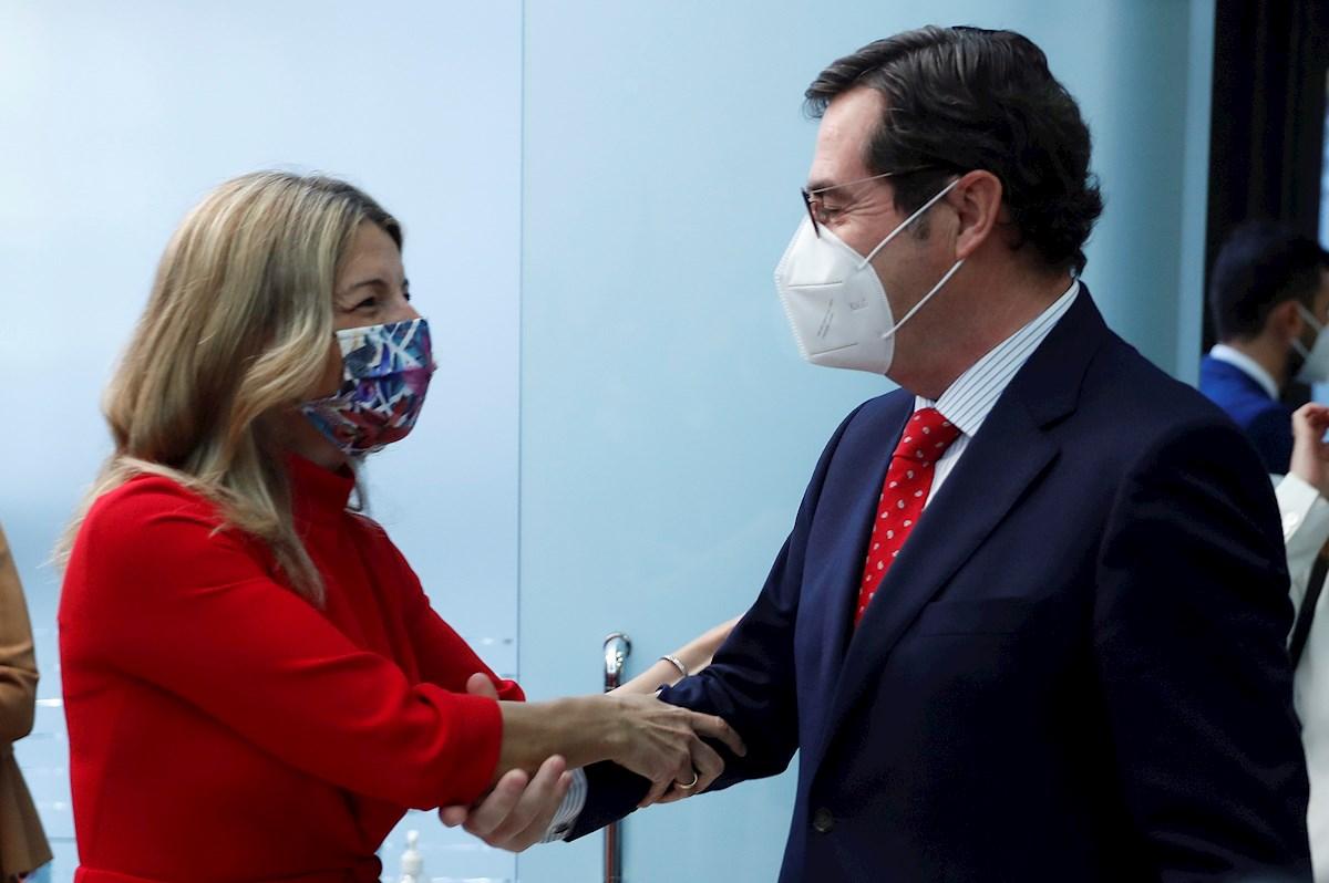 La vicepresidenta y ministra de Trabajo y Economía Social, Yolanda Díaz (i), saluda al presidente de la CEOE, Antonio Garamendi. EFE