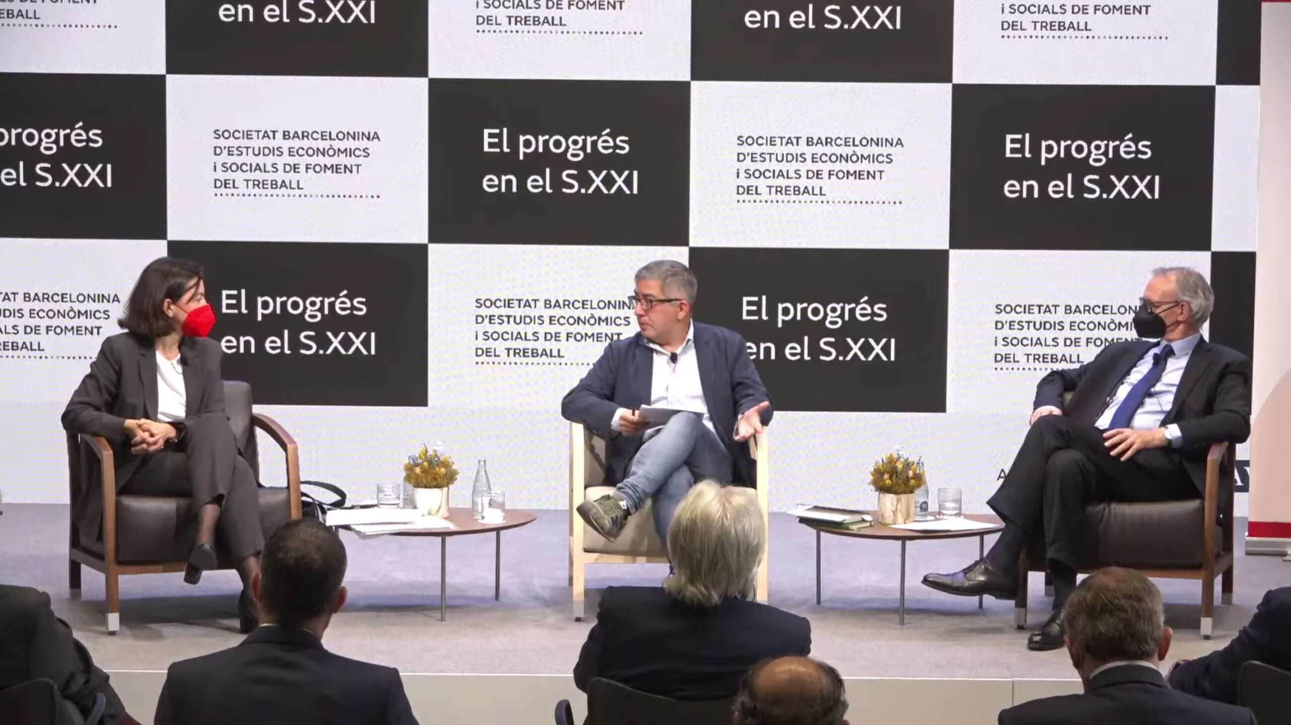 La vicepresidenta segunda del Parlament, Eva Granados (i), junto al periodista Jordi Amat (c) y al economista Anton Costas (d)