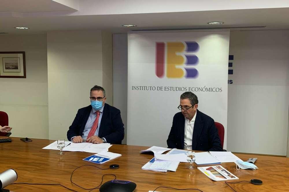 El presidente del IEE, Íñigo Fernández de Mesa, y el director general del IEE, Gregorio Izquierdo