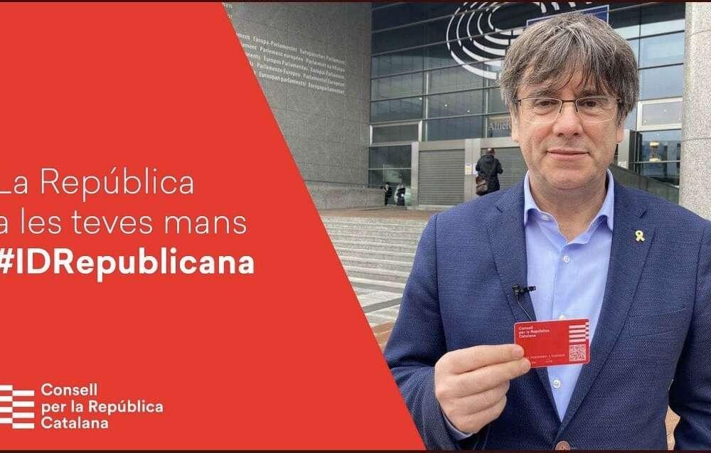 Puigdemont y su tarjeta republicana con la que promociona su Consell per la República