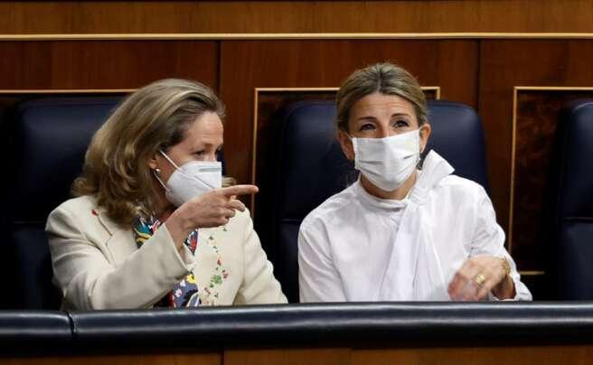 Las ministras de Economía, Nadia Calviño, y Trabajo, Yolanda Díaz, conversan durante una sesión en el Congreso de los Diputados | EFE/CM/Archivo