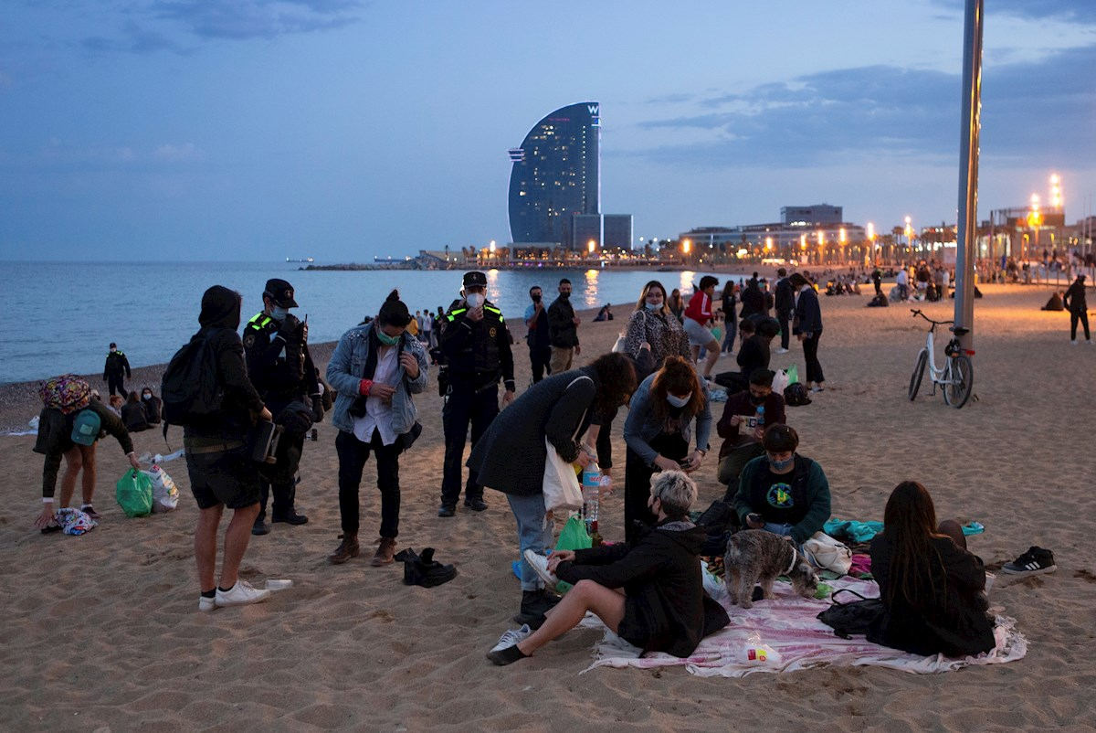 Vista general de la playa de la Barceloneta en Barcelona . EFE/Enric Fontcuberta