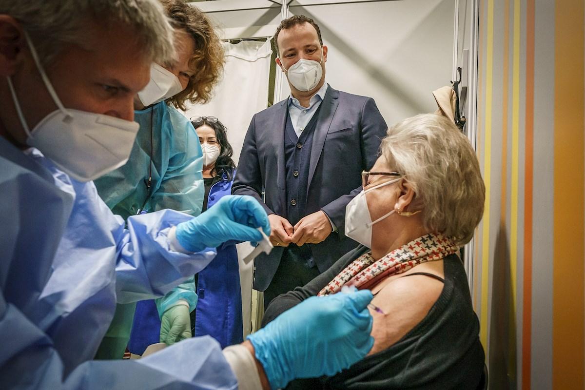 El ministro alemán de Salud, Jens Spahn, visita un centro de vacunación en Berlín, el 5 de abril de 2021 | EFE/EPA/MK/Pool/Archivo