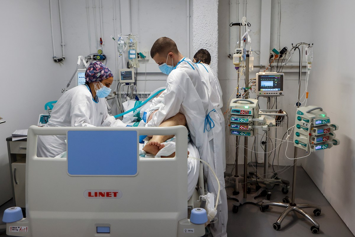 Personal sanitario del Hospital Parc Taulí de Sabadell (Barcelona) trabaja en la UCI para enfermos de COVID-19. EFE/Quique Garcia/Archivo