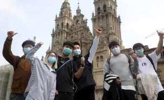 Turistas asiáticos posaban en la plaza compostelana del Obradoiro el Jueves Santo. EFE/ Xoán Rey/Archivo