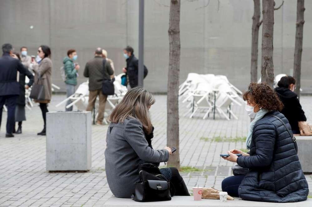 Varias personas consumen en la calle frente a unas terrazas cerradas situadas cerca de la Ciutat de la Justicia en L,Hospitalet de Llobregat, en Barcelona. EFE/Toni Albir/Archivo